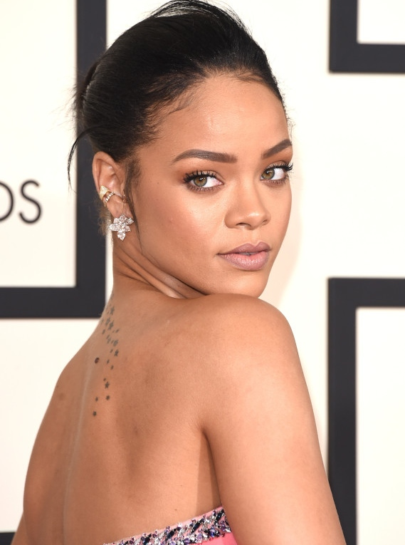 Rihanna wins the night for perfect contouring. Her makeup was fresh and glowy with strong brows. A look that will never go out of style.