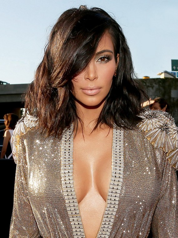 Even Kim K. is doing it. Goodbye extensions and hello lob. Kim worked the red carpet debuting her new haircut with her signature smokey eye and nude lip. Werk it.