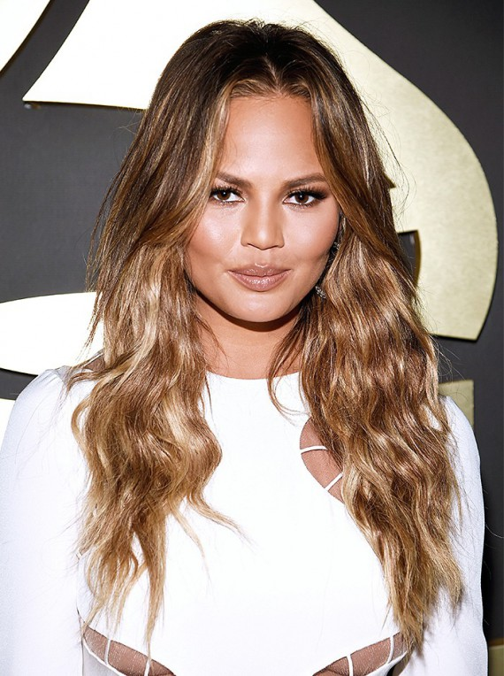 Chrissy Teigen followed Queen B and kept it simple with beach waves and warm bronzey makeup. I love this look on an olive complexion. Her added cat-eye was just enough to glam up the red carpet.