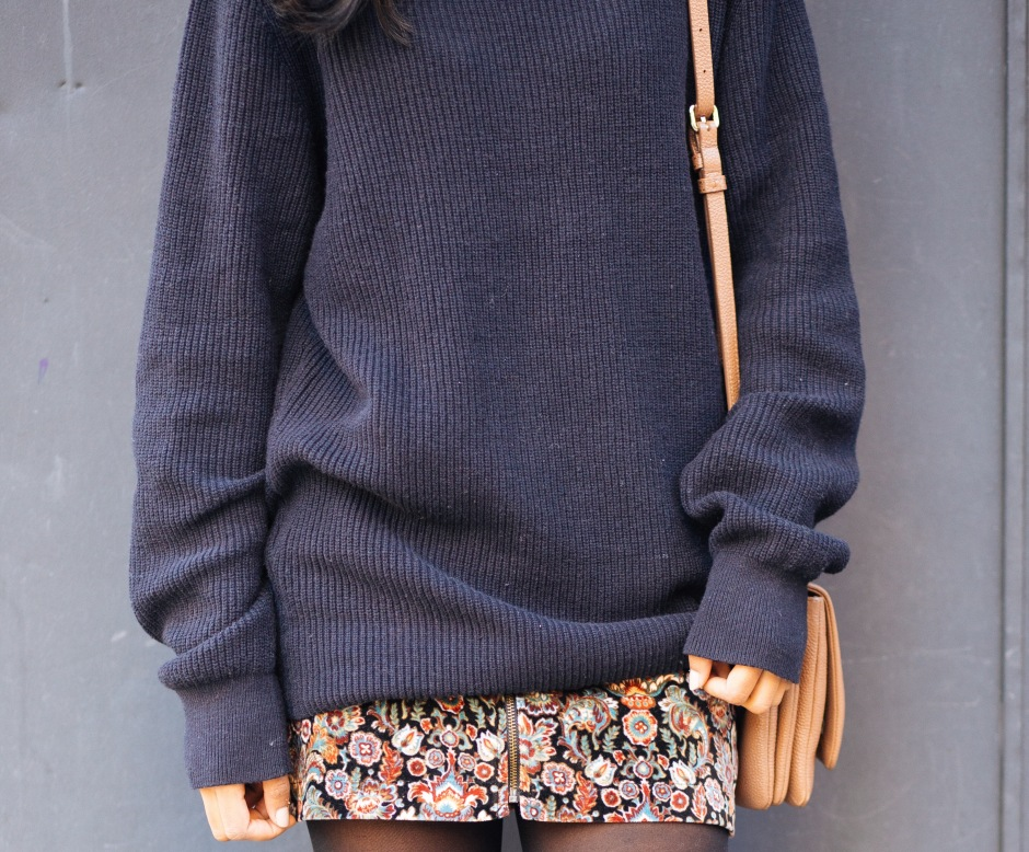 5fa8f74f8b3 For this look I decided to pair my oversized navy turtleneck sweater with a  patterned mini-skirt. When the top is much looser it s important to balance  the ...